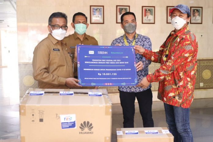 Bantuan baju hazmat dan masker dari First Media dan Benih Baik kepada Satgas Penanganan Covid-19 Batam
