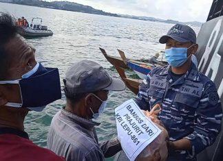 Satrol Lantamal IV Tanjungpinang melaksanakan serbuan bansos dengan memberikan bantuan berupa paket sembako kepada nelayan di daerah operasi, Minggu (8/8/2021) siang.