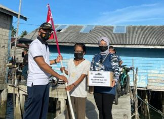 """KRI Silea-858 Satrol Lantamal IV menggelar kegiatan """"Gowez Merah Putih"""" dan """"Gowez Bersodaqoh"""" untuk masyarakat maritim yang tinggal di pesisir Tanjunguban, Kabupaten Bintan, Selasa (10/8/2021) sore."""