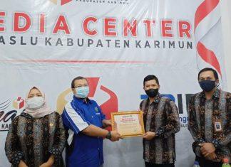 Bawaslu Karimun menyerahkan penghargaan kepada PWI Karimun, Selasa (24/8/2021).