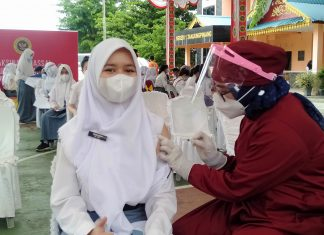Seorang pelajar menjalani vaksinasi bagi anak usia 12-17 tahun di Kota Tanjungpinang, Kamis (12/8/2021).