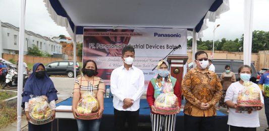 Bantuan paket sembako melalui program CSR dari PT. Panasonic Industrial Services kepada warga Baloi Permai, Batam Kota, Jumat (10/9/2021) pagi.
