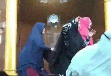 Emak-emak jamaah Masjid Baitussyakur Batam histeris melihat penyerangan terhadap Ustaz oleh seorang pria misterius