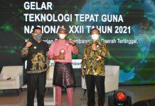 Kadis PMD Provinsi Kepri, Sardison menerima penghargaan dari Menteri Desa dalam Lomba TTG Nasional