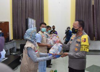Komjen Pol Arief Sulistyanto menyerahkan bingkisan berupa buah dan vitamin kepada tenaga kesehatan yang bertugas di Isoter Hotel Lohas Tanjungpinang