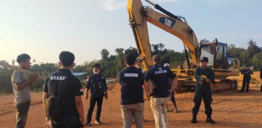 Tim Kementerian Lingkungan Hidup dan Kehutanan (KLHK) menyegel perusahaan tambang bauksit ilegal PT YBP.