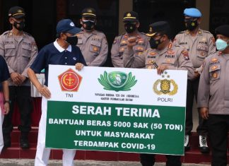 Kapolresta Barelang KBP Yos Guntur menerima bantuan 5.000 sak atau 50 ton beras untuk warga Batam dari Yayasan Buddha Tzu Chi Indonesia.