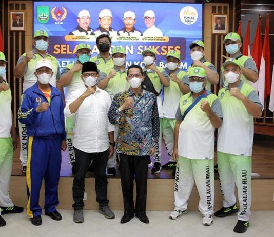Wakil Wali Kota Batam, Amsakar Achmad, melepas atlet dan pelatih dari Kota Batam yang akan berlaga pada PON XX di Papua pada 2-15 Oktober di Kantor Walikota Batam, Senin (20/9/2021).