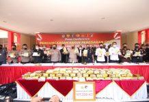 Polresta Barelang menggelar konferensi pers pengungkapan kasus peredaran gelap narkotika jenis sabu seberat 107.258 kilogram (kg).