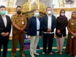 Kepala Dinas Pariwisata Kepri, Buralimar bersama Konsul Amerika Serikat Wilayah Sumatera, Gordon S. Church di Pulau Penyengat.