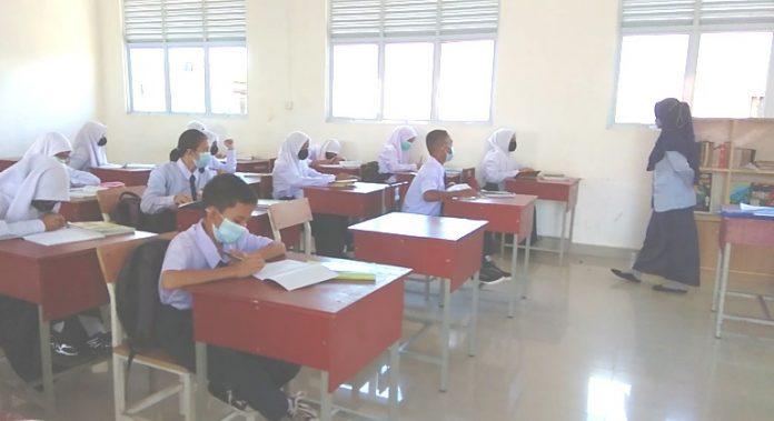 Para siswa di SMPN 38 Batam sedang mengikuti PTM, Senin lalu. Sudah tiga pekan PTM dilaksanakan di sekolah tersebut berjalan lancar. gokepri.com