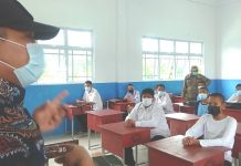 Ketua Tim Satgas Kecamatan Sagulung, Dr Jamil SH MH bersama Satpol PP, memberikan arahan kepada siswa-siswi di SMKN 5 Batam pada saat sidak PTM di sekolah tersebut,Kamis (14/10) pagi./F_ gokepri.com