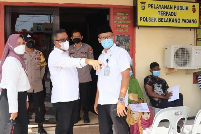Sekretaris Daerah (Sekda) Kota Batam, Jefridin Hamid meninjau vaksinasi di Mapolsek Belakangpadang, Rabu (13/10/2021).