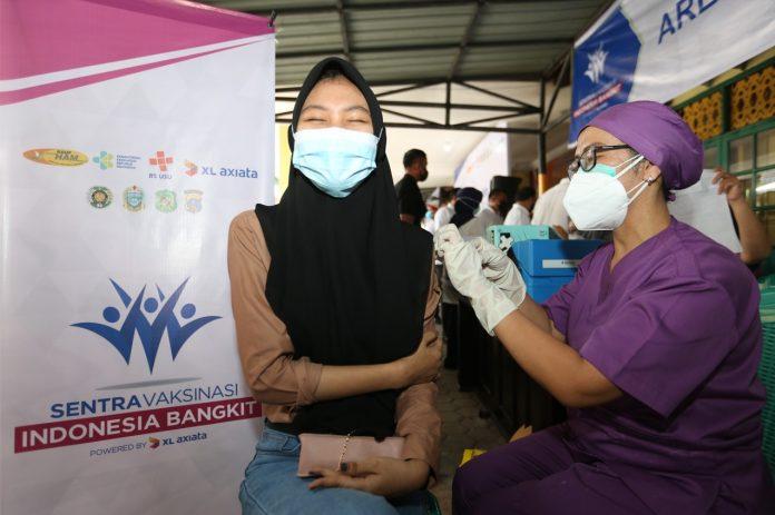 Vaksinator sedang menyuntikkan vaksin Covid-19 kepada warga di Sentra Vaksinasi Indonesia Bangkit, RSUP H Adam Malik, Medan, Sumatera Utara, Jum'at (1/10).