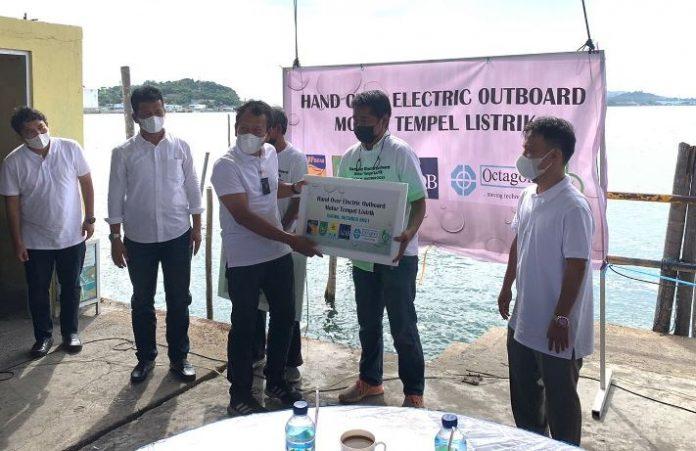 Kepala BP Batam sekaligus Walikota Batam dan Dirut bright PLN Batam juga menyerahkan bantuan motor tempel listrik kepada Koperasi Nelayan PPMS Belakang Padang.